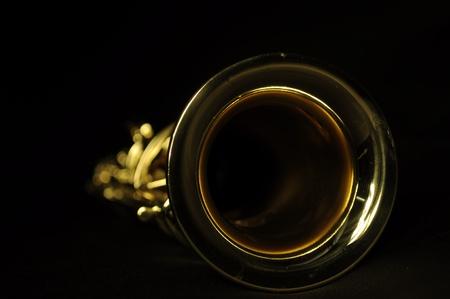 soprano saxophone: saxofón soprano desde el ángulo en fondo negro
