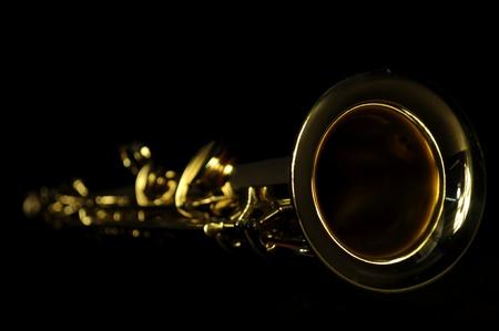 soprano saxophone: saxofón soprano recto desde el ángulo en fondo negro Foto de archivo