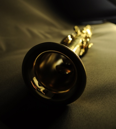 soprano saxophone: saxo soprano desde el ángulo en el paño negro