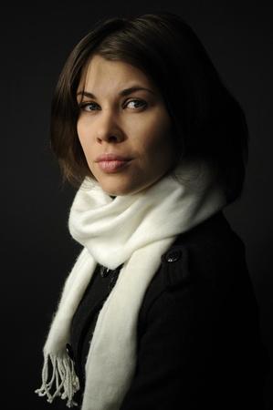 sciarpe: Donna in sfondo nero che indossa una sciarpa bianca