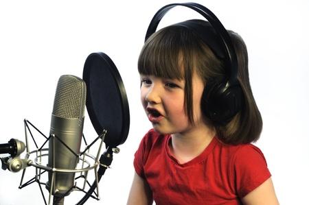 personas cantando: ni�a la grabaci�n de su canto Foto de archivo