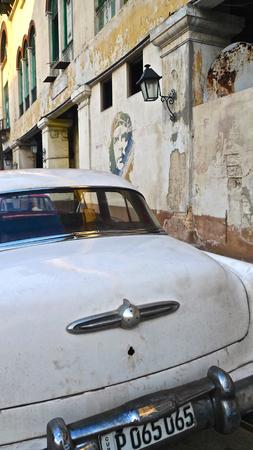 che guevara: White old car and Che Guevara portrait in Havanas street, cuba Editorial