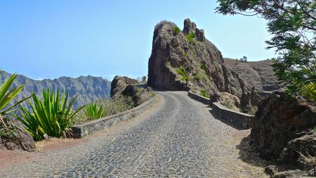 empedrado: Estrada Corda carretera asfaltada y cañones, Ribeira Torre, Santo Antao, Cabo Verde Foto de archivo