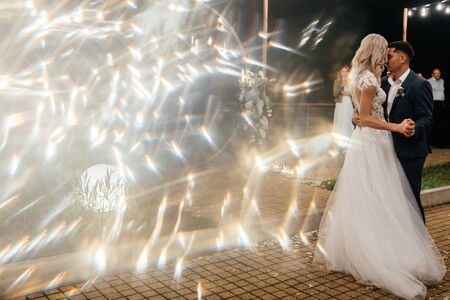 Beautiful bride and groom dancing together outside at the end of the wedding day. Newlywed portrait. Wedding photography Stockfoto