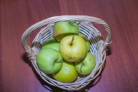 weightless: Las manzanas de color blanco cerca de ingravidez