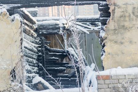 quemado: Casa del edificio de la nieve del invierno destrucci�n viejo se quem�, Foto de archivo