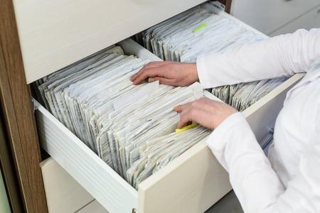 Rijen van bestanden in een medisch kantoor. Stockfoto