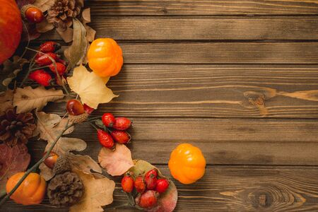 Thanksgiving background: Apples, pumpkins and fallen leaves on wooden background. Copy space for text. Halloween, Thanksgiving day or seasonal autumnal 版權商用圖片