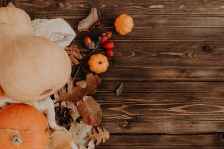 Thanksgiving background: Apples, pumpkins and fallen leaves on wooden background. Copy space for text. Halloween, Thanksgiving day or seasonal autumnal. Design mock up. Horizontal Stockfoto