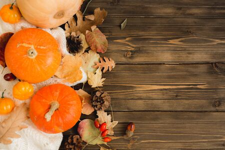 autumn background with colored leaves and pumpkins on wooden board. Stockfoto