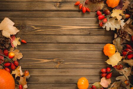 Thanksgiving background: Apples, pumpkins and fallen leaves on wooden background. Copy space for text. Halloween, Thanksgiving day or seasonal autumnal Stockfoto