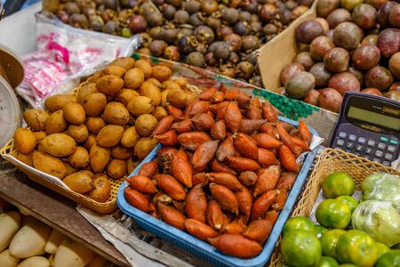 Traditional asian food market in Thailand, exotic fruits. Stockfoto