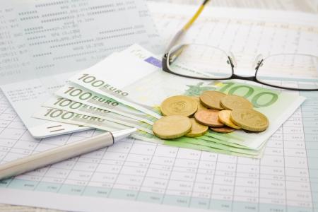 通貨とユーロ圏、アカウントおよびお金の概念を保存の紙のお金 写真素材