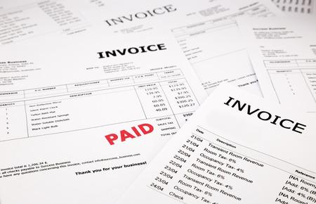 verschil facturen en rekeningen met rode betaalde stempel, concept en ideeën Stockfoto