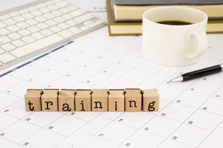 クローズ アップ トレーニング言葉遣いスタックのオフィスのテーブル、スケジュール、トレーニング コース、ビジネスおよび教育の概念と考えを