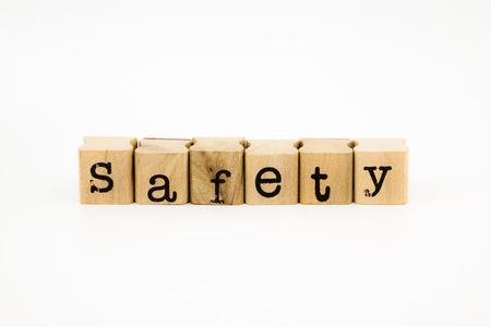 firmeza: primer texto de seguridad aislado en el fondo blanco