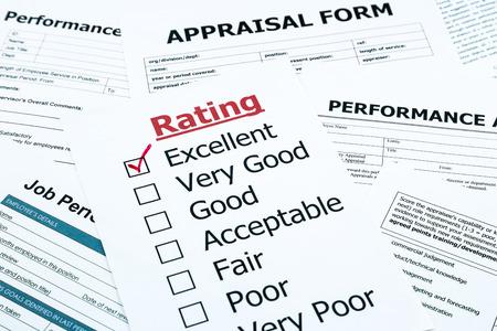 評価フォームを評価、人材とビジネスのためのアセスメント概念のクローズ アップの赤い優れたチェック マーク 写真素材