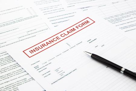 Formulaire de demande d'assurance, les formalités administratives et document juridique, les concepts accidentels et assurance Banque d'images - 28040361