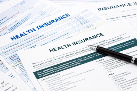 health: ziektekostenverzekering vorm, papierwerk en vragenlijst voor de verzekering concepten Stockfoto