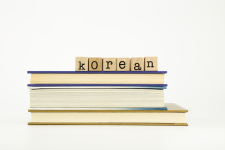 韓国語の単語本で木製スタンプ スタック上の言語と教育の概念