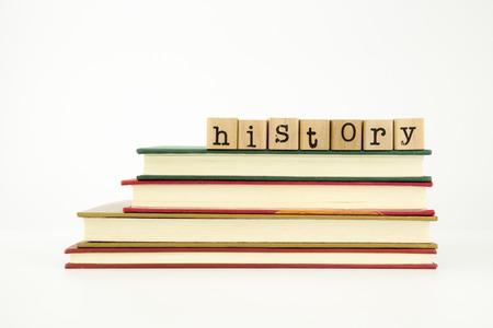 本、知識、学術的な概念上の木製スタンプ スタック上の歴史の単語