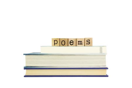 estrofa: poemas palabra en los sellos de madera pila de libros