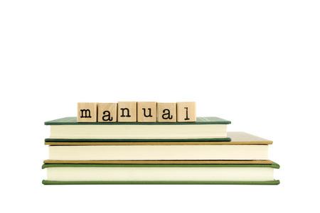 istruzione: Parola manuale sui francobolli di legno pila sui libri, libri di testo e la conoscenza concetto
