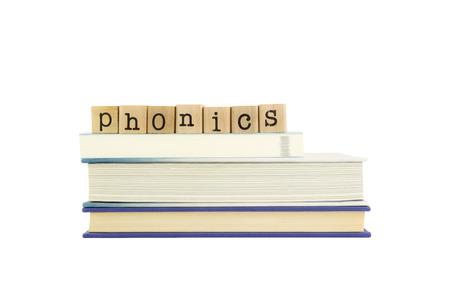 phonics woord op hout stempels stapel op boeken Stockfoto