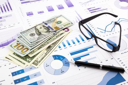 dollarmunt op financiële grafieken, koste kasstroom samenvatten en grafieken achtergrond, concepten voor het besparen van geld, budget beheer, de beurs en zakelijke inkomsten verslag Stockfoto