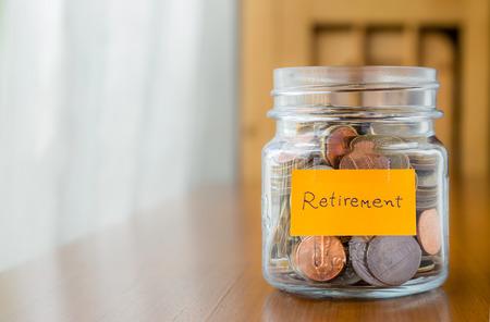 ガラスの貯金で世界のコイン jar 退職計画ラベル 写真素材