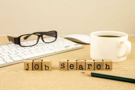Recherche d'emploi mot sur les timbres en caoutchouc placer sur la table avec une tasse de café, clavier et glassess, concept pour l'emploi Banque d'images - 33056800