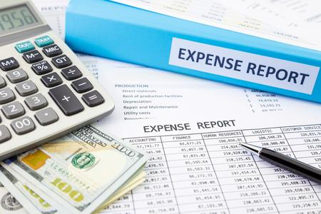 Financieel verslag kosten met bankbiljetten en calculator Stockfoto