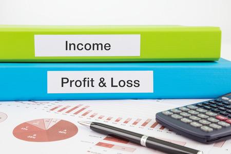 perdidas y ganancias: Ingresos, de p�rdidas y ganancias palabras en las etiquetas con documentos aglutinantes, gr�ficos e informes empresariales