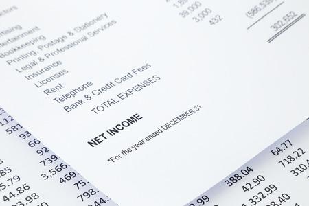 Parola Utile netto in reddito d'impresa economico con altre liste di dettaglio nei report, che rappresentano il concetto, l'immagine in bianco e nero tono