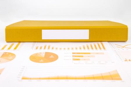 集計レポートとグラフ、ビジネス グラフの黄色の文書ファイルの空白のラベル