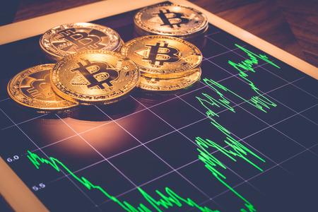 Cryptocurrency, focus Bitcoin op tabletscherm dat de groene prijs of beursprestatiegrafiek laat zien, licht reflecteert met vintage filter. Gedecentraliseerd, wissel digitaal geld uit via blockchain.