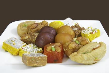 白い皿に混合のインドのお菓子 写真素材