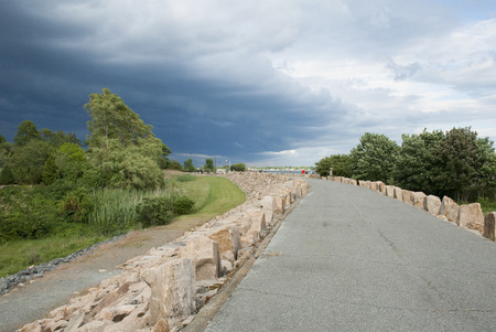 Dreigende wolken bewegen over hemel over Fairhaven, Massachusetts Stockfoto