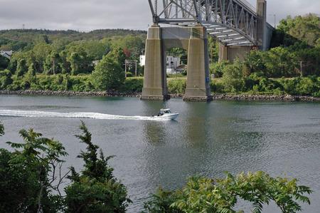 小さなボートの巡航、ケープコッド運河、マサチューセッツ州 写真素材