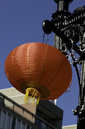 激しい風に中国の赤いランタン スイング