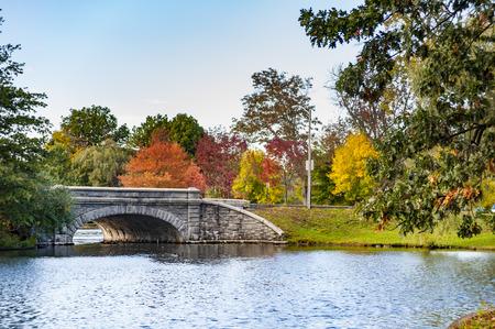 Stone bridge crossing lake in Roger Williams Park in Providence, Rhode Island Stockfoto