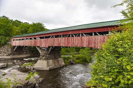 Histórico puente cubierto en Taftsville, Vermont antes de reparación necesaria por el huracán Irene en 2011 Foto de archivo - 51763638