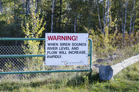 Ripogenus Dam, Maine - September 27, 2011: Sign informs visitors that siren means rapidly increasing water level Редакционное
