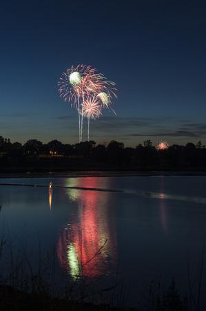 불꽃 놀이 7 월 4 일 독립 기념일 전경에서 빨간색 녹색 호수