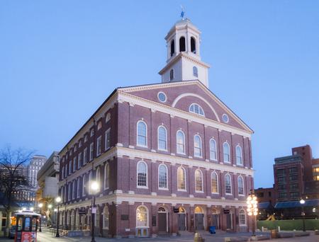 Boston, Massachusetts, Verenigde Staten - 31 maart 2016: Faneuil Hall vóór zonsopgang op vroege lente ochtend Stockfoto - 61497981