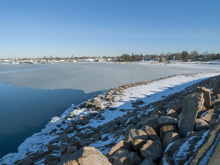 IJsvorming tegen de kustlijn van Fairhaven tijdens de koude periode
