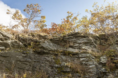 Wall of metamorphic rock along the roadway to the summit of Wachusett Mountain Stockfoto