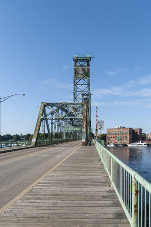 Portsmouth, New Hampshire, USA - August 9, 2009: Original World War I Memorial Bridge over the Piscataqua River between Portsmouth, New Hampshire and Kittery, Maine before center span replaced in 2012. Éditoriale