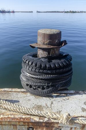 Marine bollard on pier used for mooring commercial fishing boats Imagens