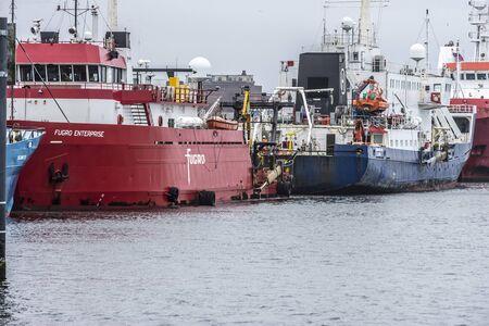 New Bedford, Massachusetts, USA - 10 décembre 2019 : navires d'enquête étroitement emballés le long du quai du terminal de commerce maritime